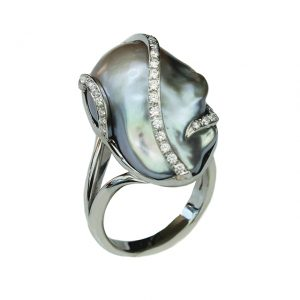 Weißgold-Ring mit Barock-Süßwasser-Perle und Brillanten