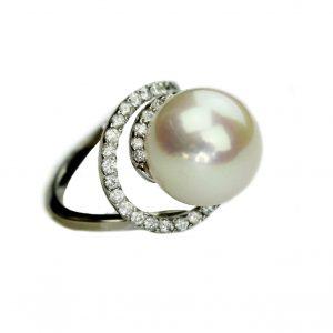 Weißgold-Ring mit Süßwasser-Perle und Brillanten